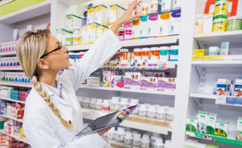 Фармацевт ведёт учёт лекарств