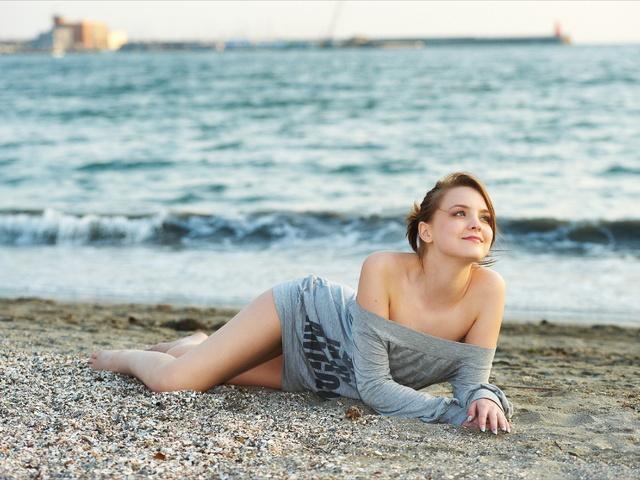 Девушка на пляже в Сочи