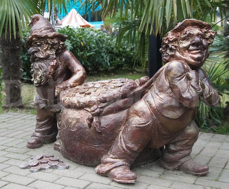 """Скульптурная композиция """"Два гнома с мешком монет"""" в парке """"Ривьера"""" города Сочи"""