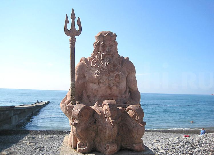 Скульптура Посейдону на морской набережной в Центральном Сочи