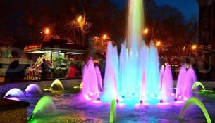 Уличное декоративное гидротехническое сооружение представляет собой наполняемый водой бассейн со множеством водотоков, выводящих воду под напором. Оборудовано фонтанной и световой аппаратурой, позволяющей струям воды «петь и танцевать» под звучащую музыку. Фонтаны работают только летом в вечернее время, когда лучше всего воспринимаются цветовые и визуальные эффекты. В дневное время весной, летом и осенью работает водный каскад с расположенного рядом бара.