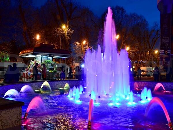 Поющие фонтаны особенно красивы тёмными сочинскими вечерами