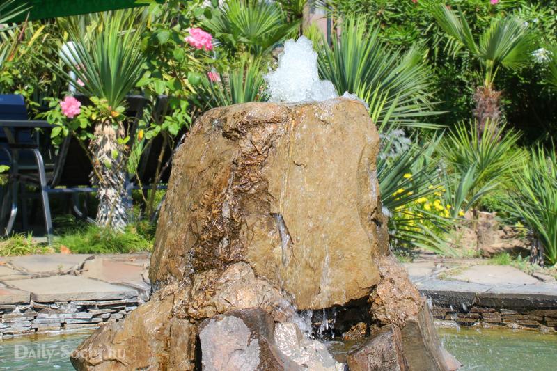 """Фонтан с небольшим водоёмом возле кафе """"Орфей"""" в городе Сочи"""