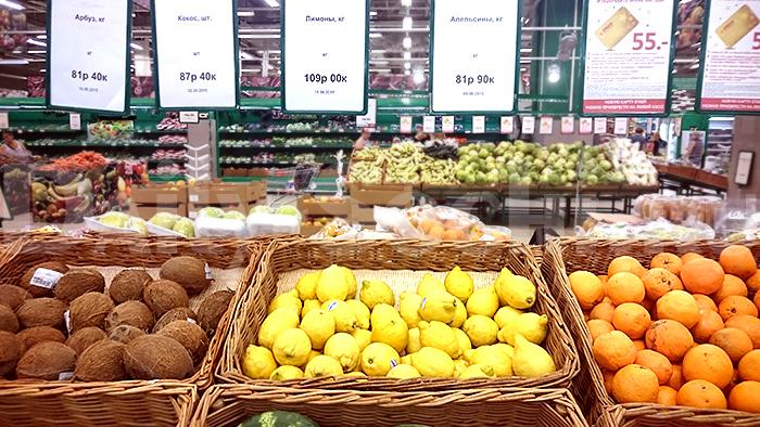 Написано по-русски: лимоны - 109 рублей за один килограмм
