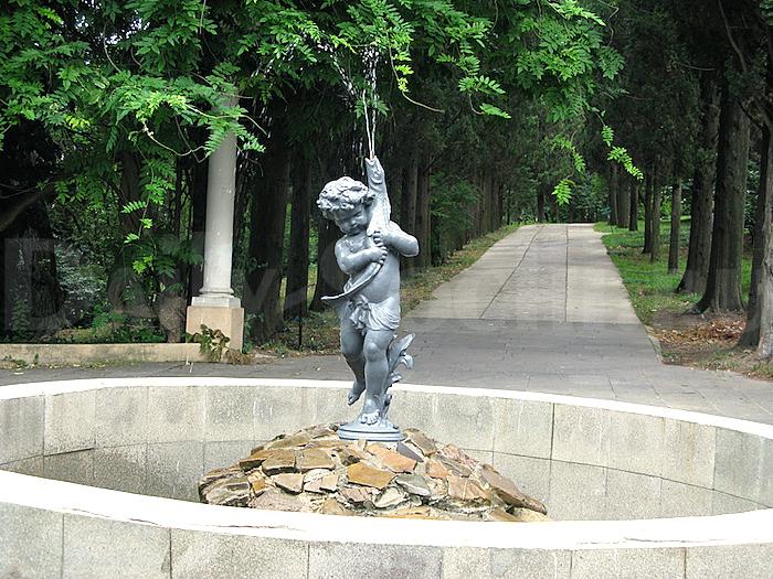 Фонтан Мальчик с рыбкой