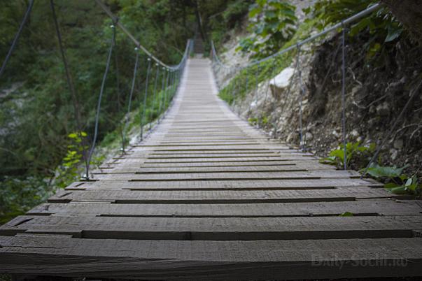 Подвесной мост над обрывом вдоль реки Хоста