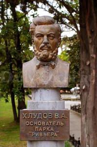 Памятник основателю парка Василию Алексеевичу Хлудову