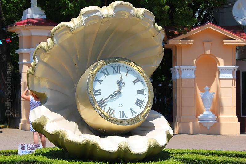 """Главный вход в парк """"Ривьера"""" украшен жемчужиной с часами"""