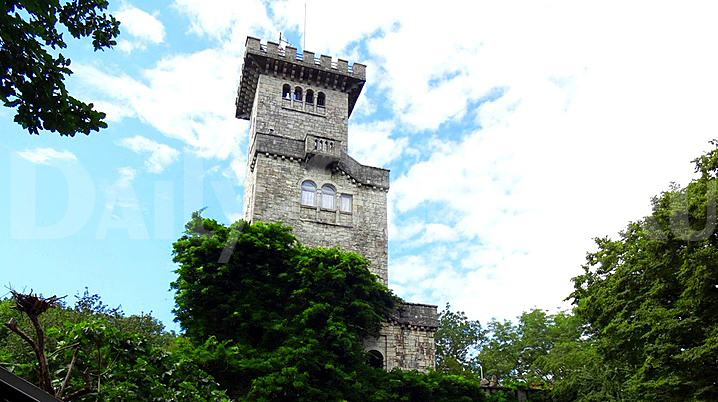 Саму гору Ахун со смотровой башней на пике можно увидеть практически с любой точки города Сочи.