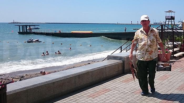 Торговец рыбой на пляже Сочи