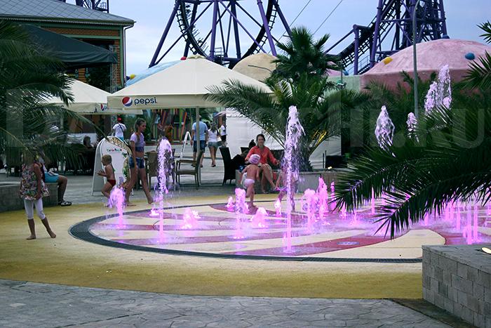 фонтан вечером в Сочи парке