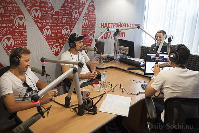 На радиостанции «Макс FM» часто бывают гости. На этой фотографии эфир с Димой Биланом.
