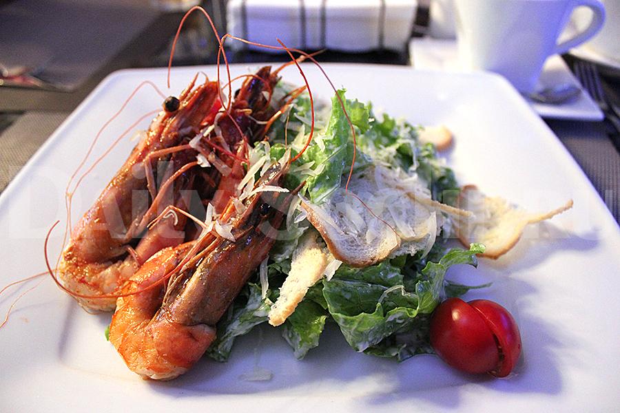 Салат Цезарь в ресторане «Mare d'amore» выглядит ещё лучше, чем на этой фотографии. Будем надеяться, что когда-нибудь он станет столь же вкусным, сколь и красивым.