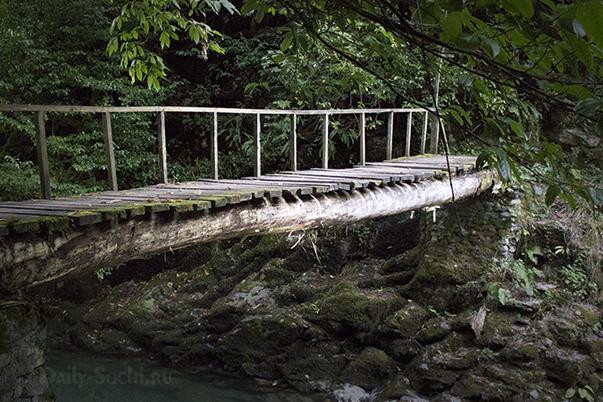 Мост на водопадах Ажек
