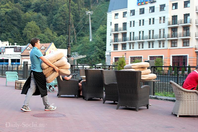 Официант с подушками