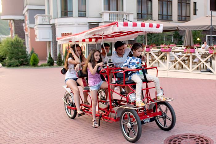 По набережной можно прокатиться на семейном велосипеде