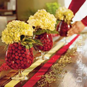 Вазы с конфетами и цветами на новогоднем столе