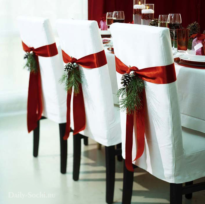 Стул, украшенный новогодней лентой
