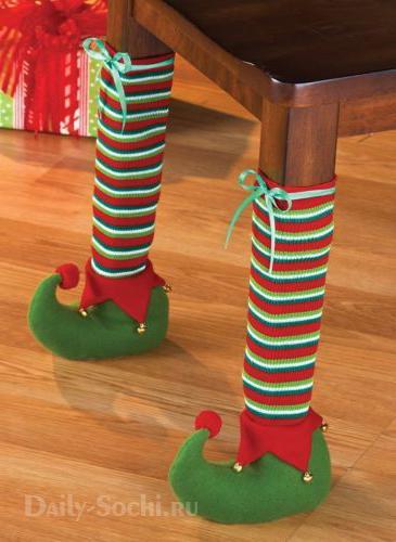 Ножки стола, одетые в новогодние чулки