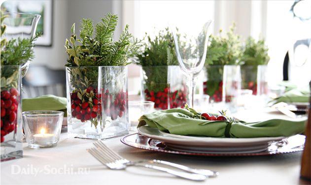 Новогодний стол, оформленный с помощью кизила и можжевельника