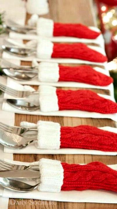 Эта идея, несомненно, не для дорогого ресторана, но в уютной квартире, в кругу близких столовые приборы в новогодних носках будут смотреться забавно