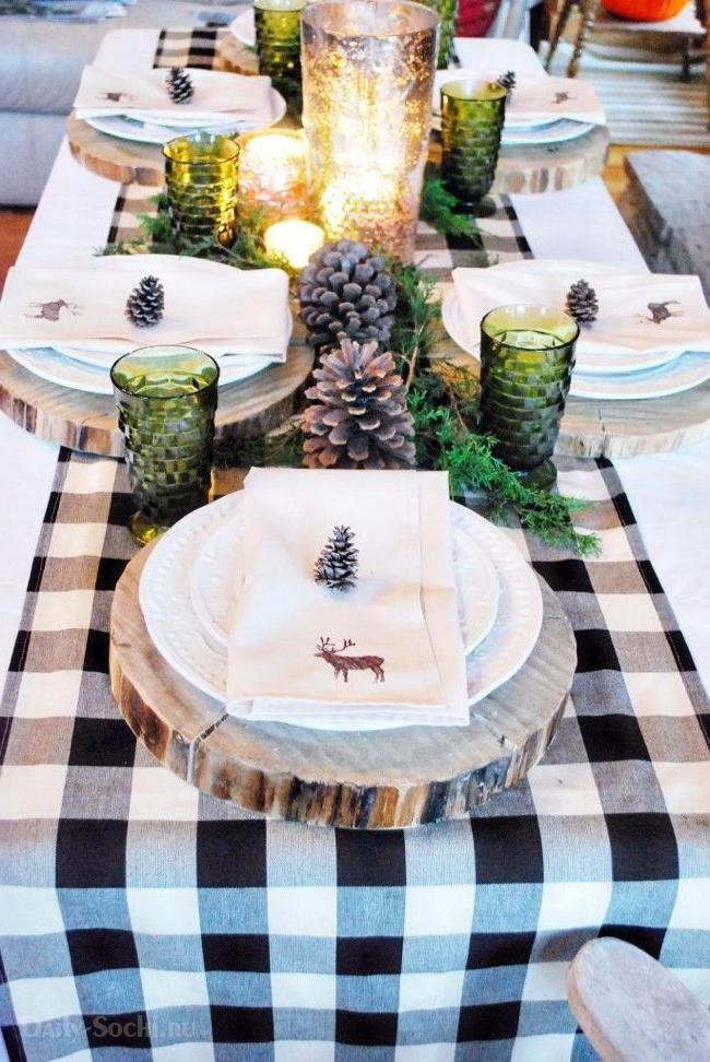 Праздничный стол можно украсить в кантри-стиле и  поставить тарелки на срезы деревьев
