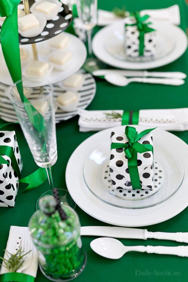 Новогодний стол, украшенный в зелёных тонах