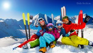Семья на отдыхе в горах. Катание на лыжах.