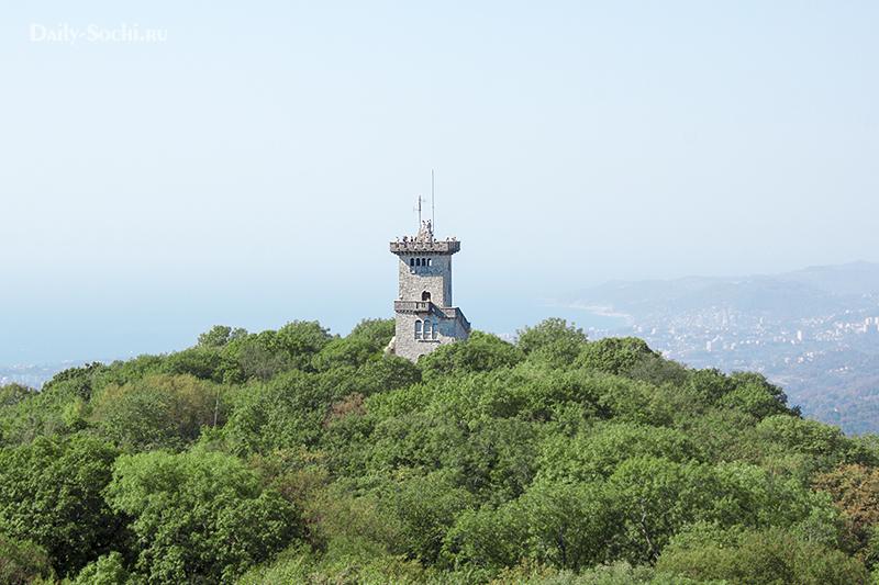 Ахунская башня кажется ниже если смотришь на неё с колеса обозрения.