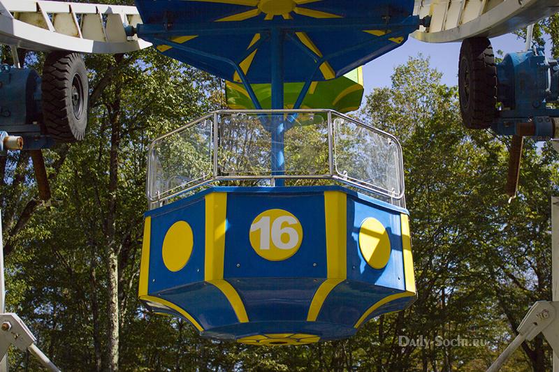 Как часто красят колесо обозрения неизвестно, но кабинки очень яркие даже в конце туристического сезона