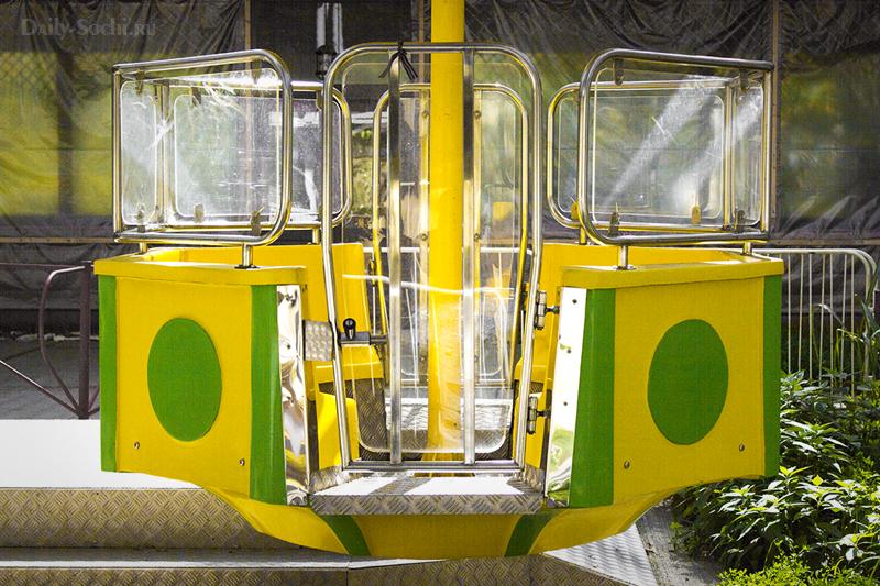 весёлые кабинки на колесе обозрения на горе Ахун
