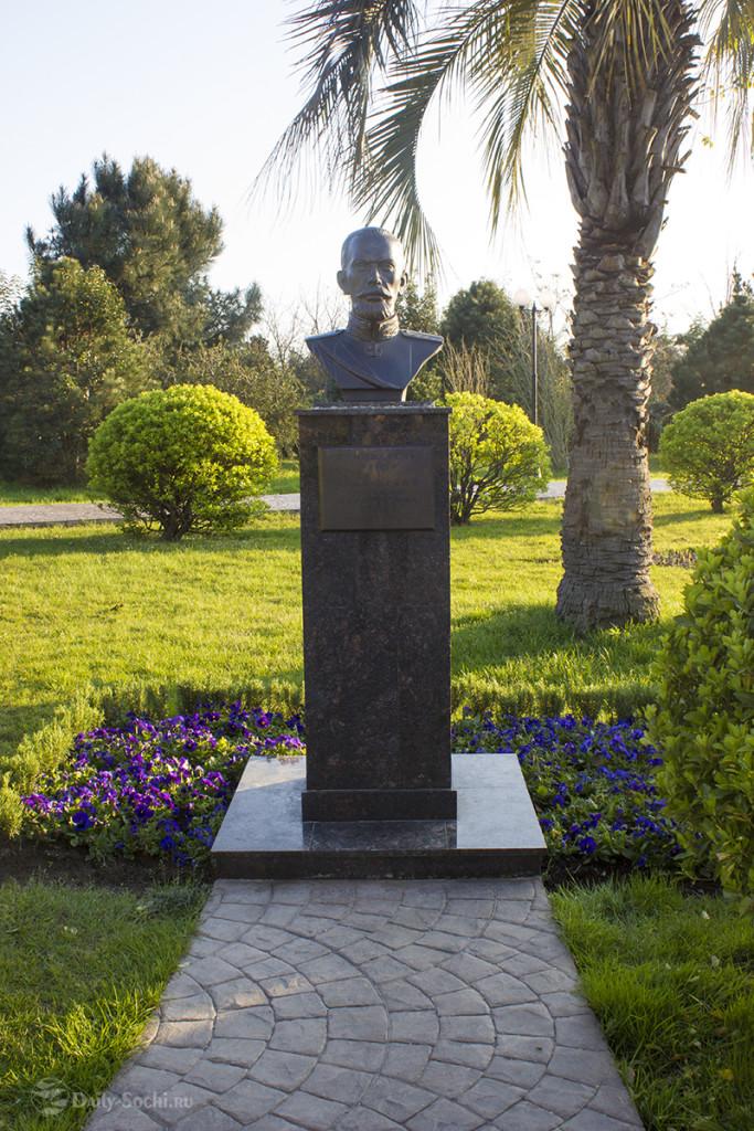 """Памятник создателю парка """"Южные культуры"""""""
