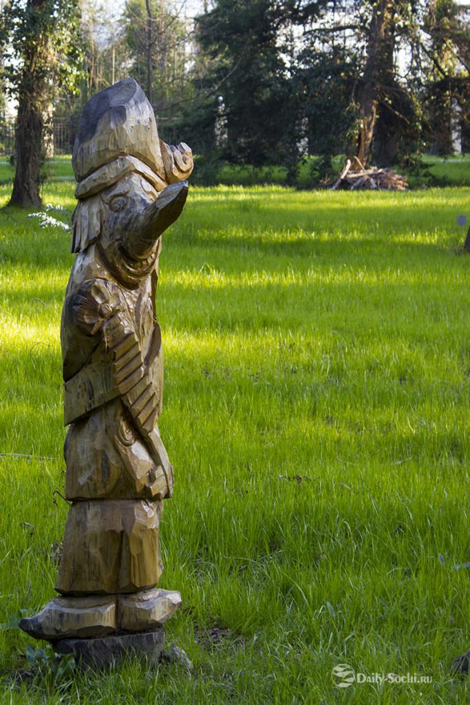 Скульптура, изображающая Буратино