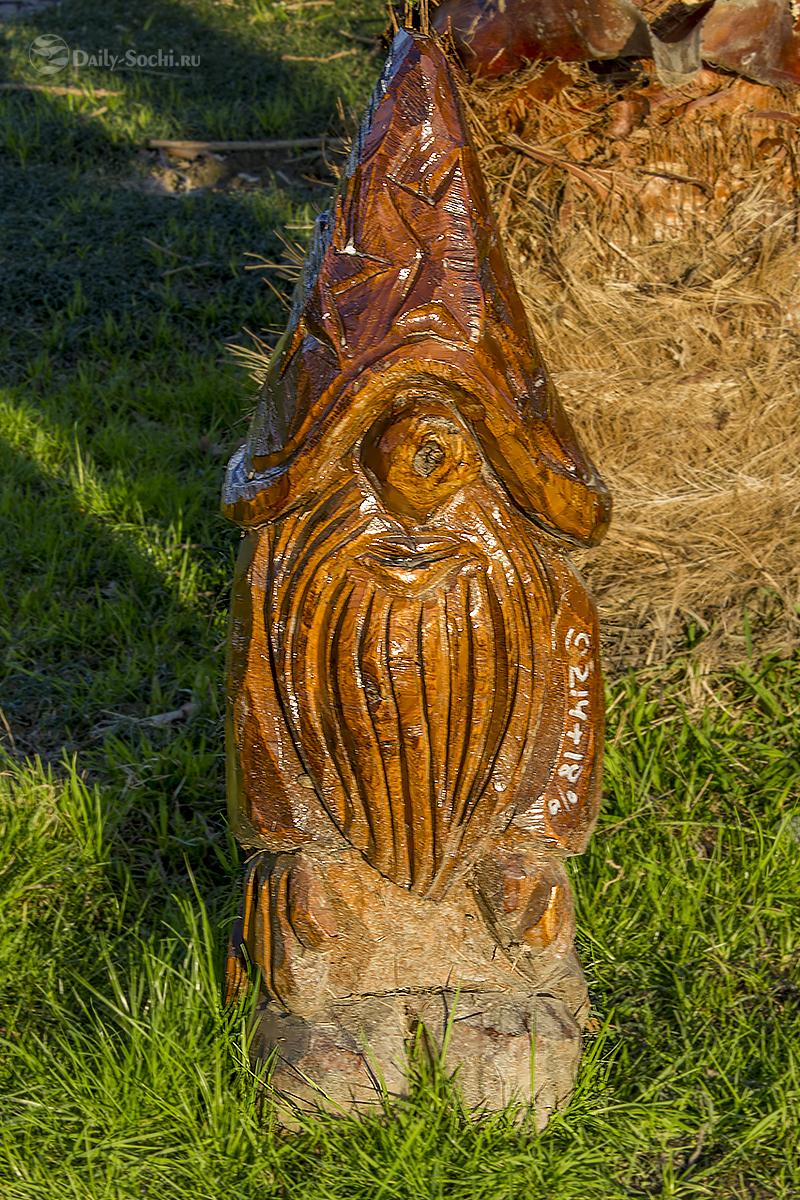 Скульптура, изображающая гнома