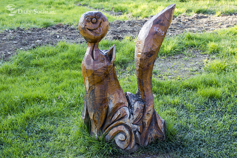 Скульптура, изображающая лису с колобком