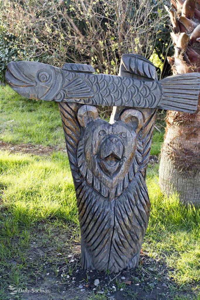 Скульптура, изображающая медведя с рыбой
