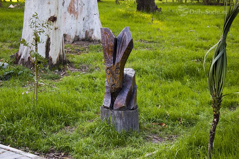 Скульптура, изображающая зайца