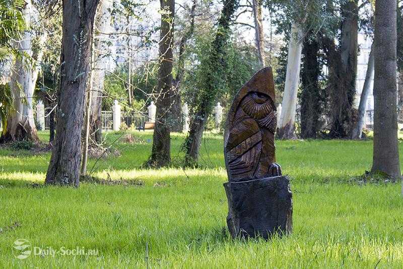 Скульптура, изображающая ёжика