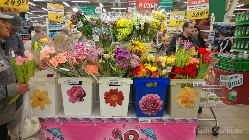 Скидки в ОКЕЙ Сочи на цветы не распространяются даже в праздничные дни.