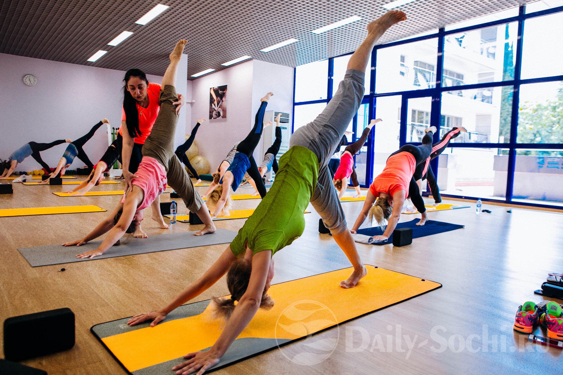 """Тренировка по йоге в спортзале """"Ультрамарин"""", в городе Сочи. Инструктор по йоге Эля."""