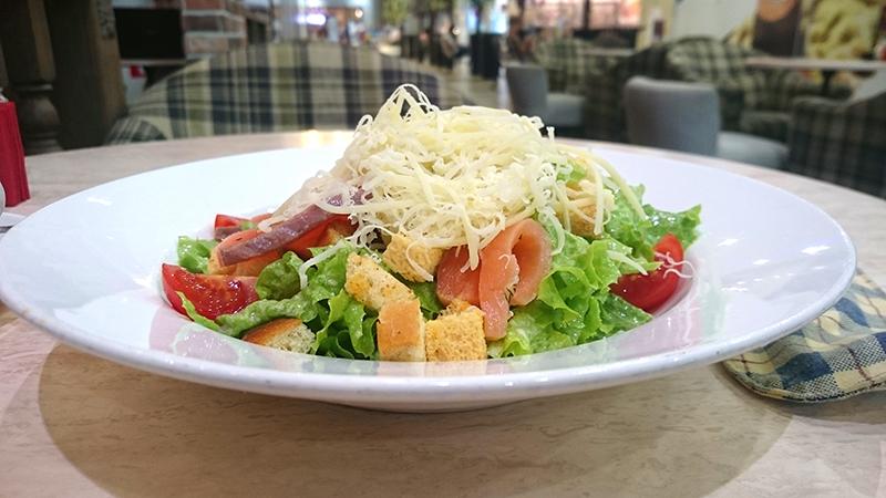 Неплохой неклассический салат цезарь в Сочи