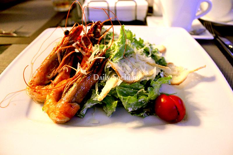 """Самый противоречивый салат цезарь в Сочи подают в кафе """"Mare d'amore"""""""