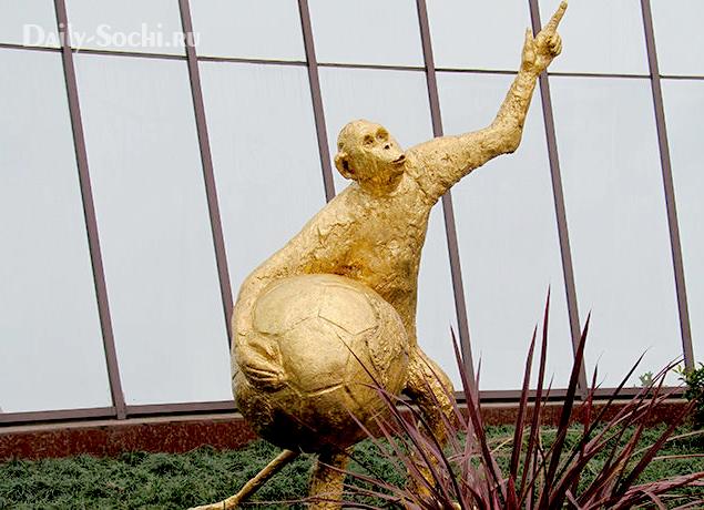 """Скульптура """"Футбол и вечность"""" в Сочи"""