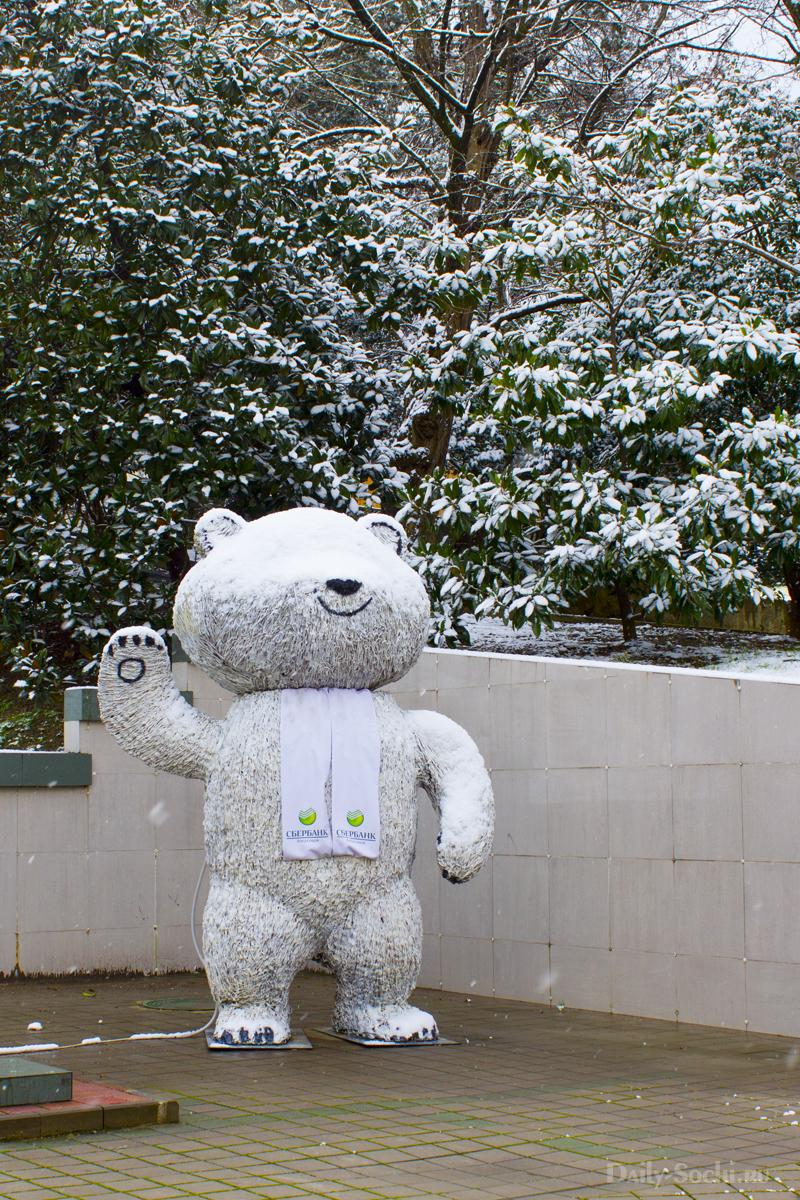 Олимпийский мишка в снегу