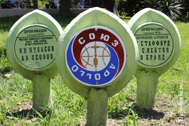 """Памятные таблички на аллее Дружбы, возле пруда """"Чёрное море"""""""