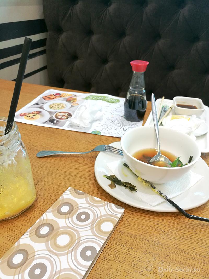 """Бардак на столах в ресторане """"Кофетун Сушитун"""""""