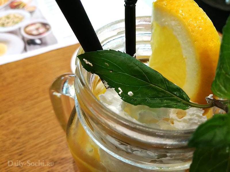 """Напиток из манго с мятой в ресторане """"Кофетун Сушитун"""""""